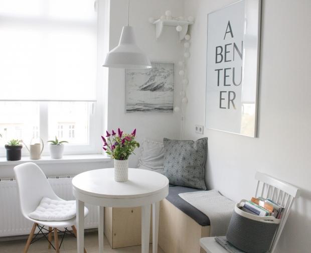 Kleine Sitzecke in der Küche mit selbstgebauter Eckb...