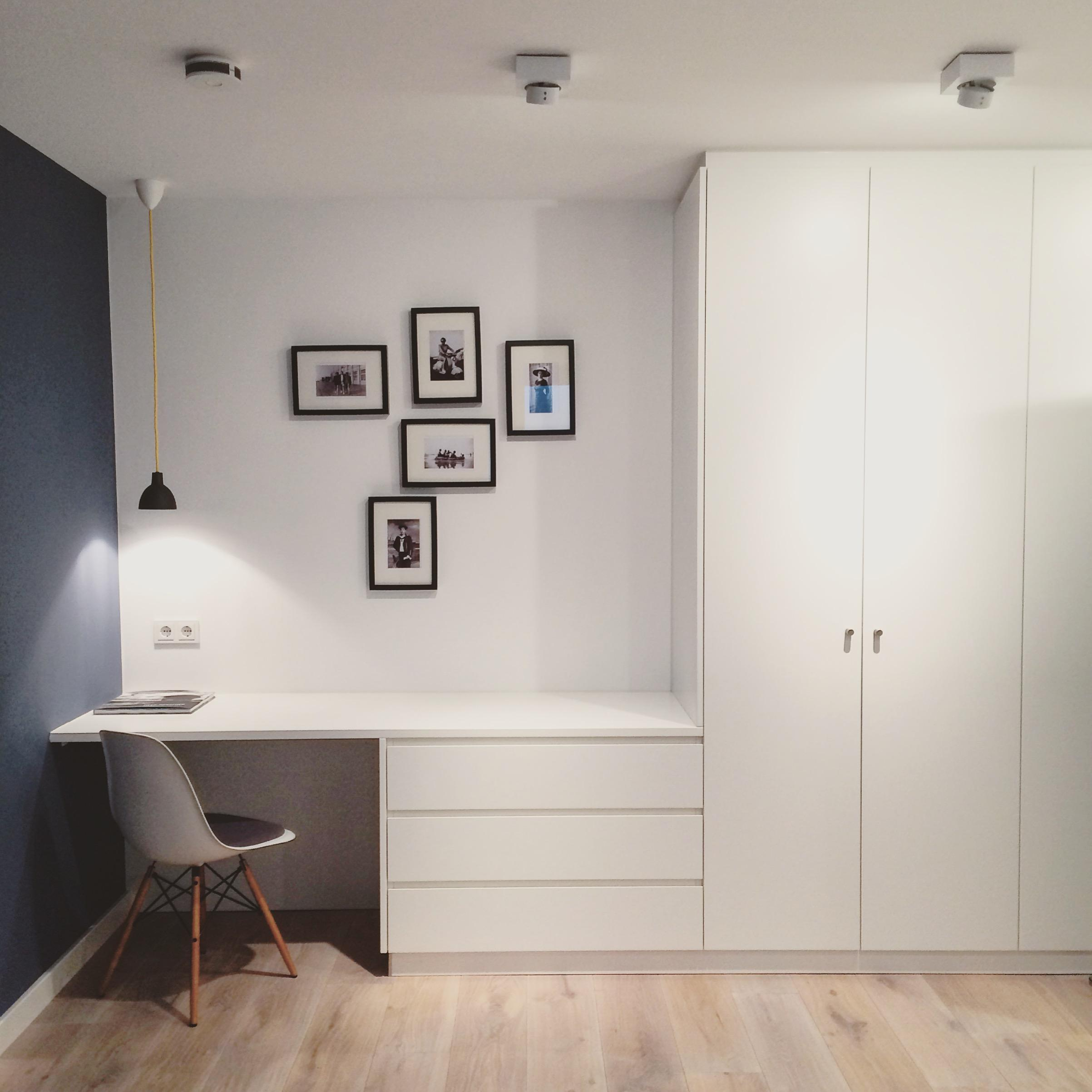 Schon #kleinerschreibtisch #blauweißesschlafzimmer #minimalistischerschreibtisch  #gallerywall #arbeitszimmerfarben
