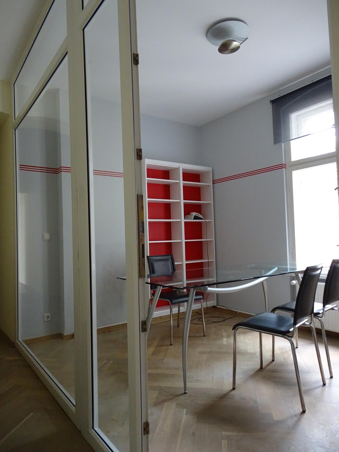 kleines büro mit roten farbakzenten #büro #arbeitszi
