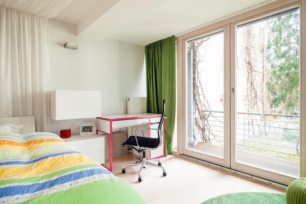 Kleines Kinderzimmer #Stuhl #Fensterfront #Schreibti