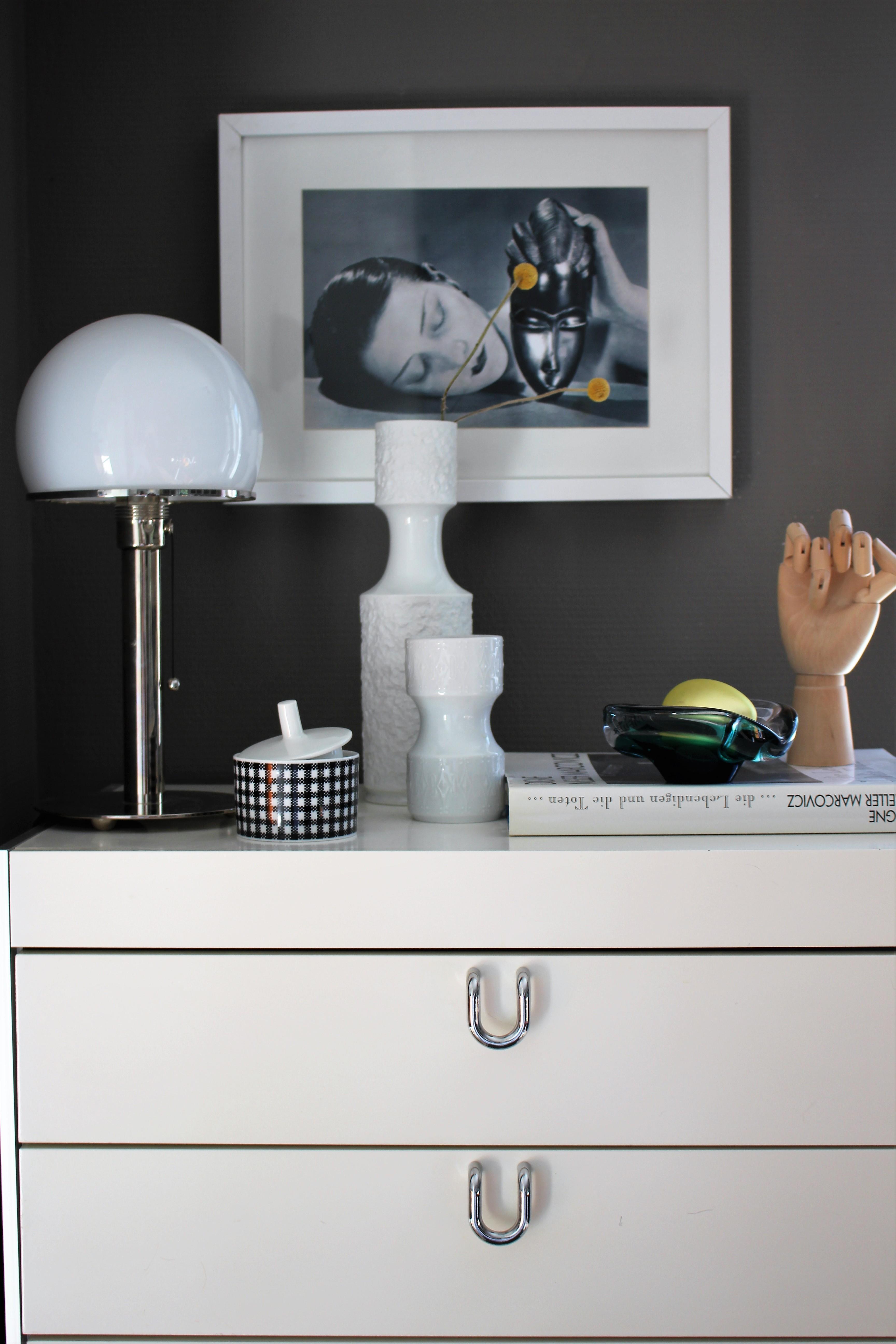 kleines gemeinsames heimbüro schlafzimmer kleines stillleben auf der kommode arbeitszimmer stillleben wagenfeld manray arbeitszimmer einrichten so gehts