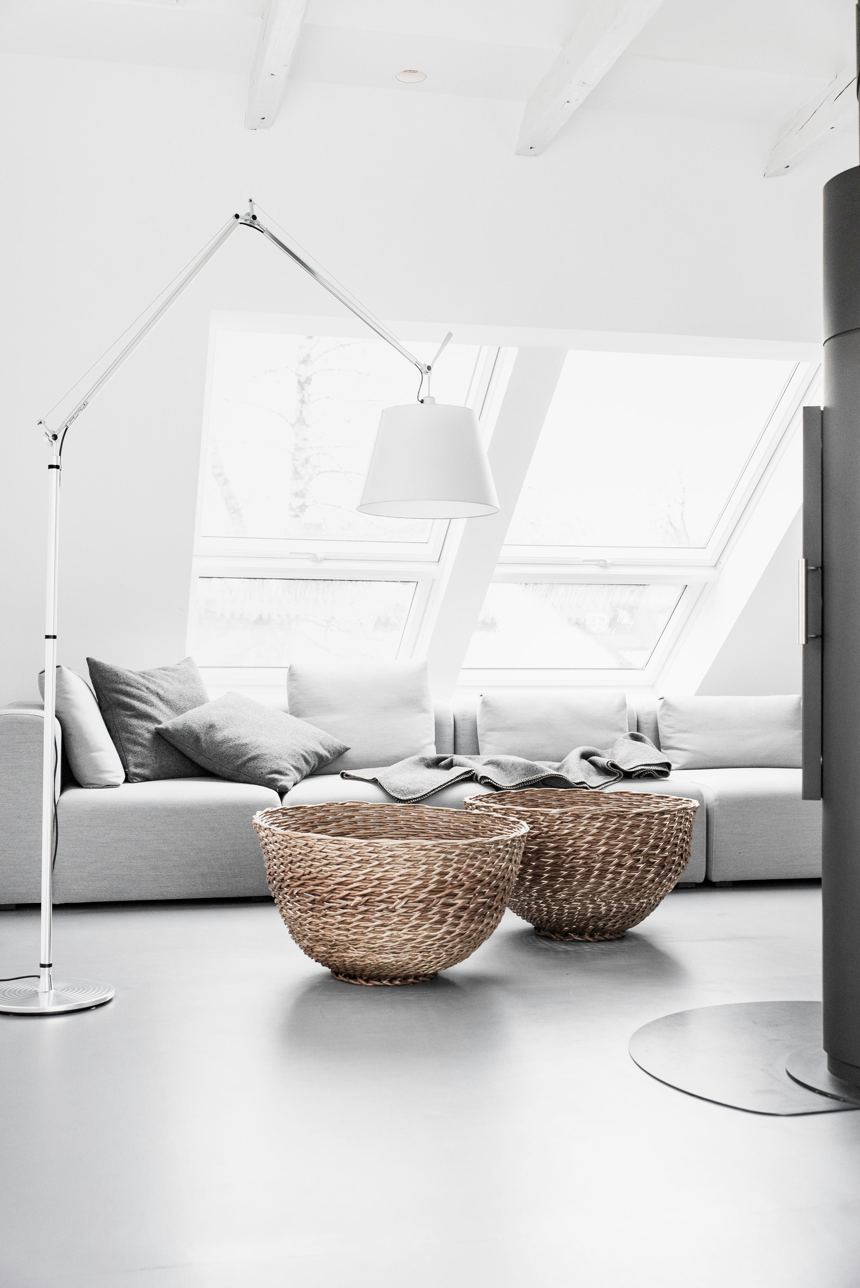 Körbe im Wohnzimmer für Kissen und Feuerholz! #wohn....