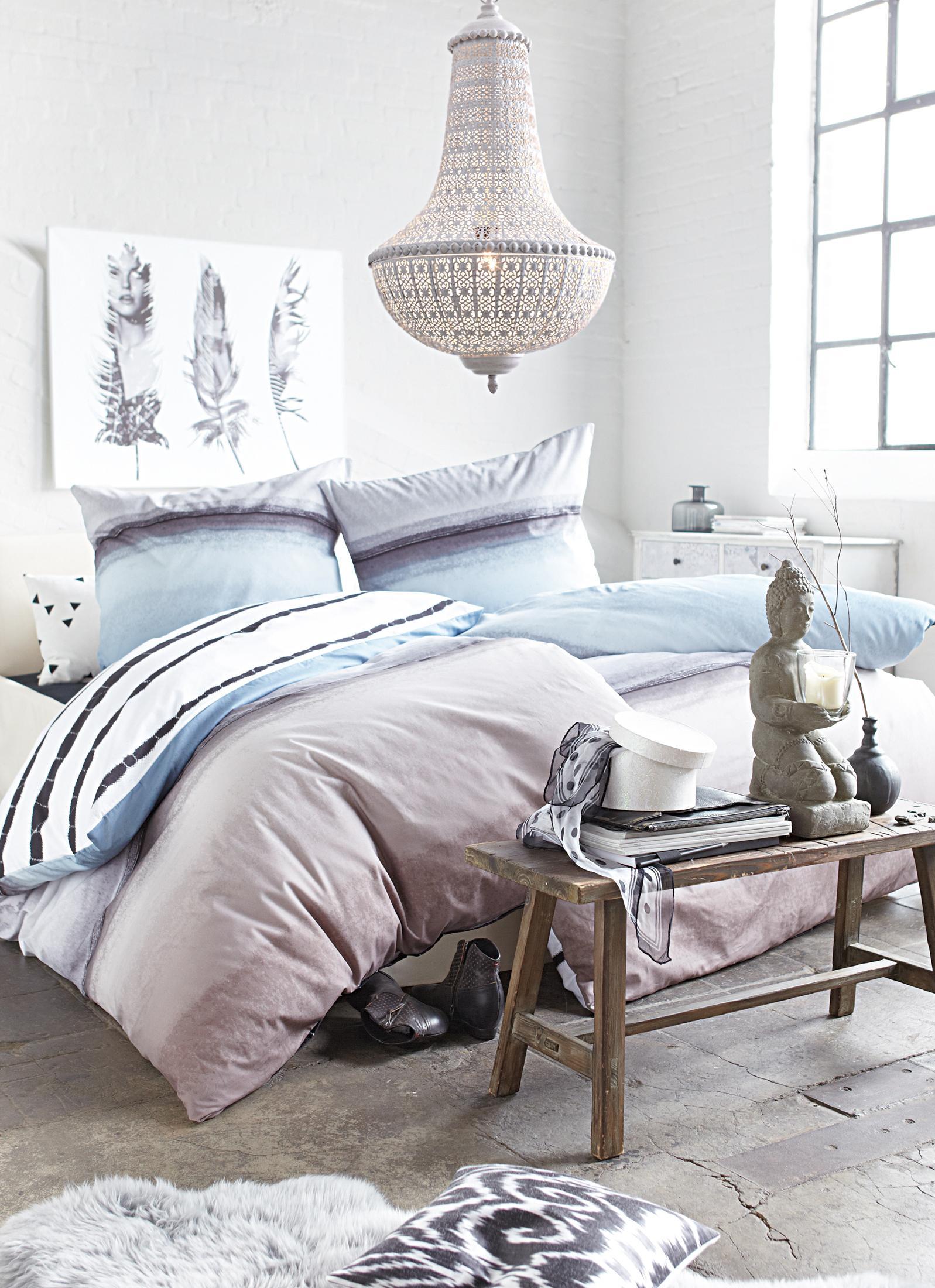 kronleuchter ber dem bett betonboden bett eklekt. Black Bedroom Furniture Sets. Home Design Ideas