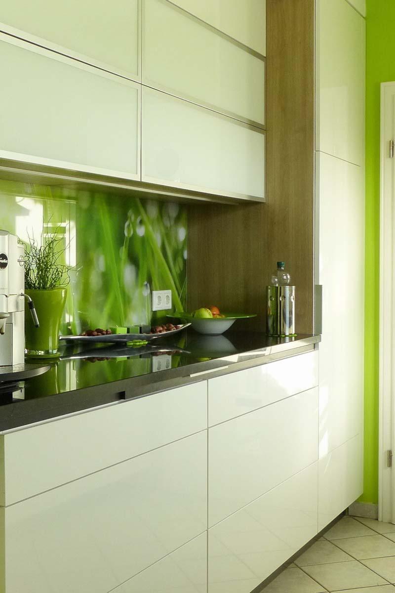 Küche im grünen Naturlook #küche #fototapete #weißek...