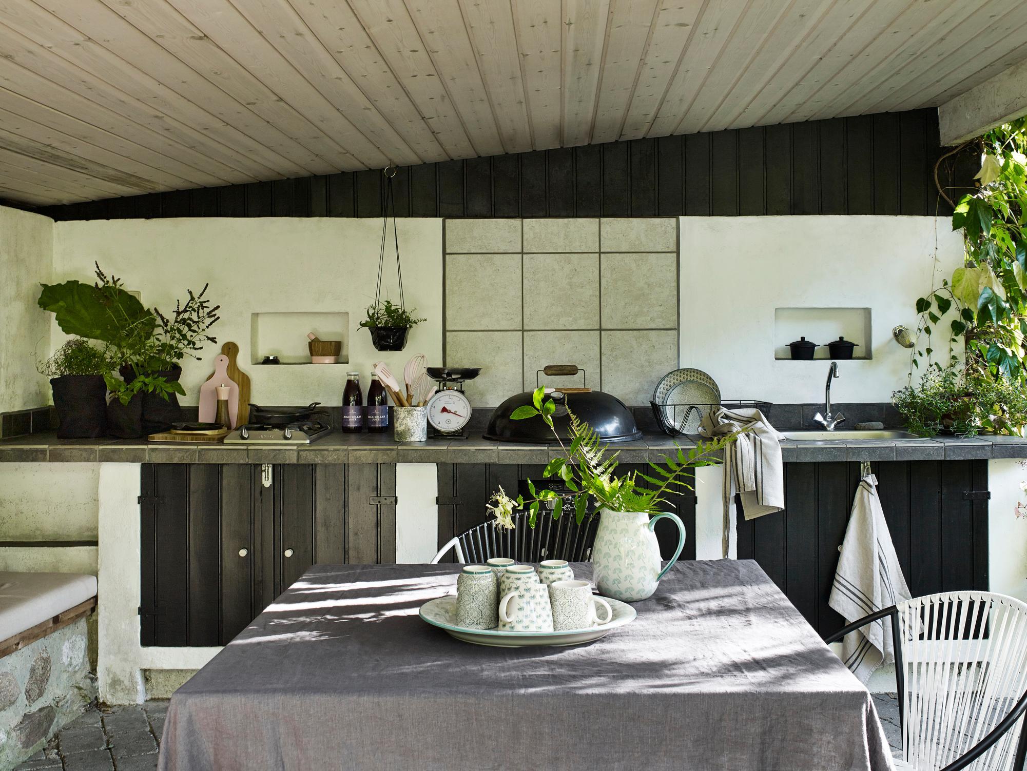Küche In Naturtönen Gestalten #stuhl #küche #holzdecke #küchenschrank  #weißerstuhl #tisch