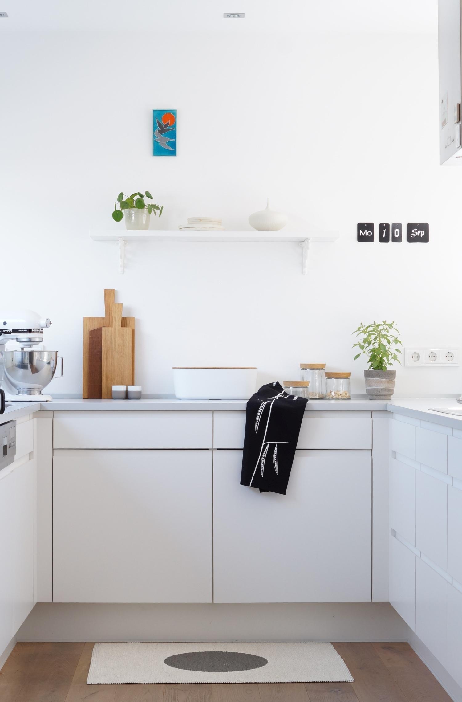 #küche #kleineküche #weiß #geschirrtuch #schwarzweiß #vintage #holzbrett  #orange