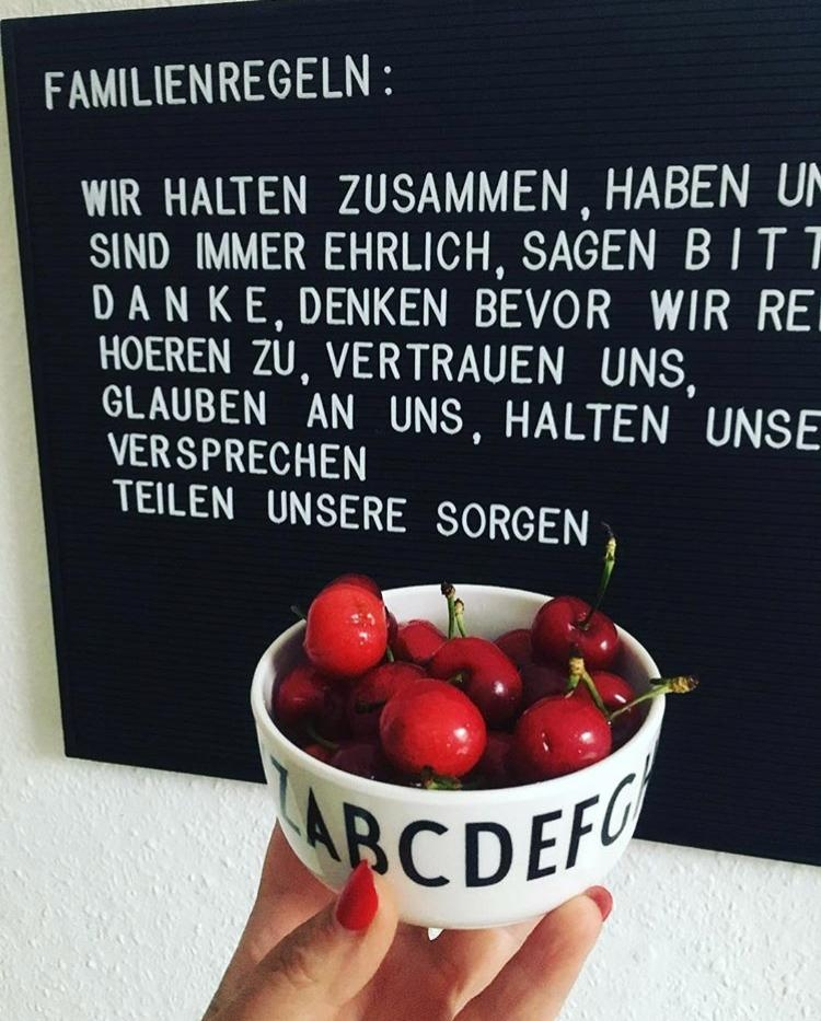 #küche #letterboard #granit #familienregeln #familyrules #me #rednails #blackandwhite #goodtimes #food #fruits #kitchen