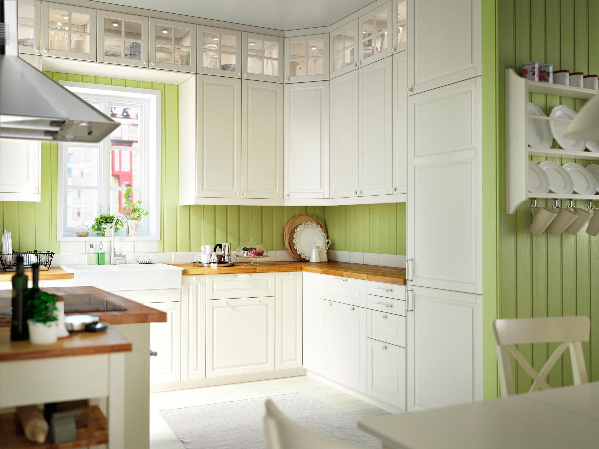 Küche mit Holzpaneelen in Grün #stuhl #arbeitsplatte...