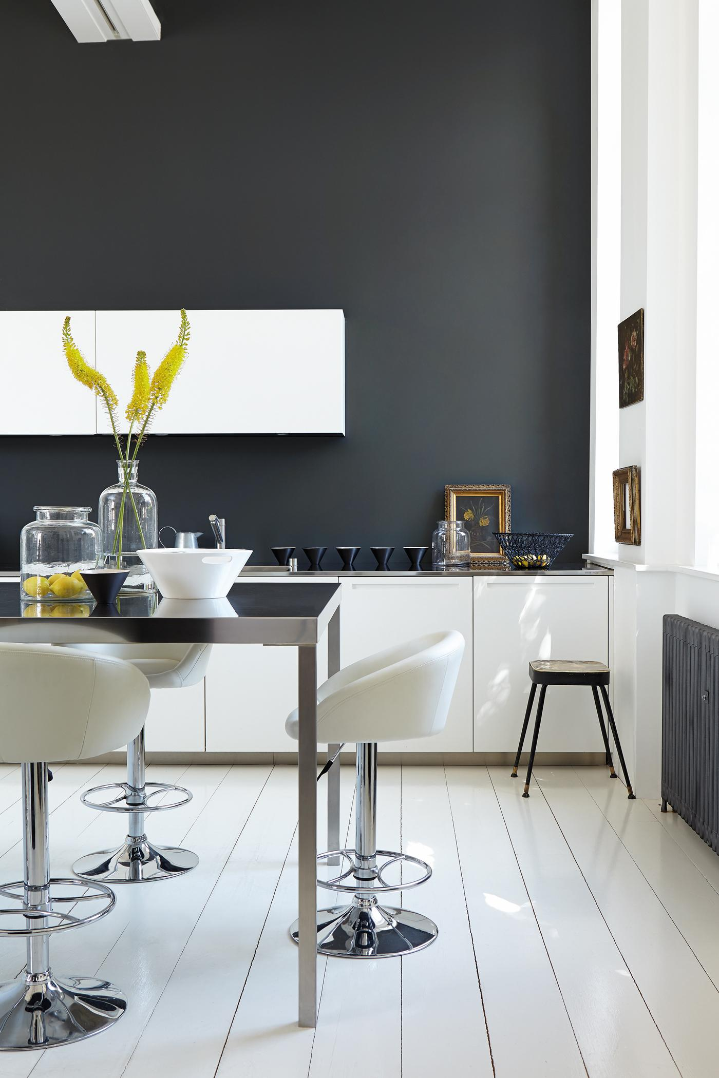 Küchengestaltung In Weiß Grau #wandfarbe #grauewandgestaltung #glasvase  #weißerbarhocker #küchengestaltung ©