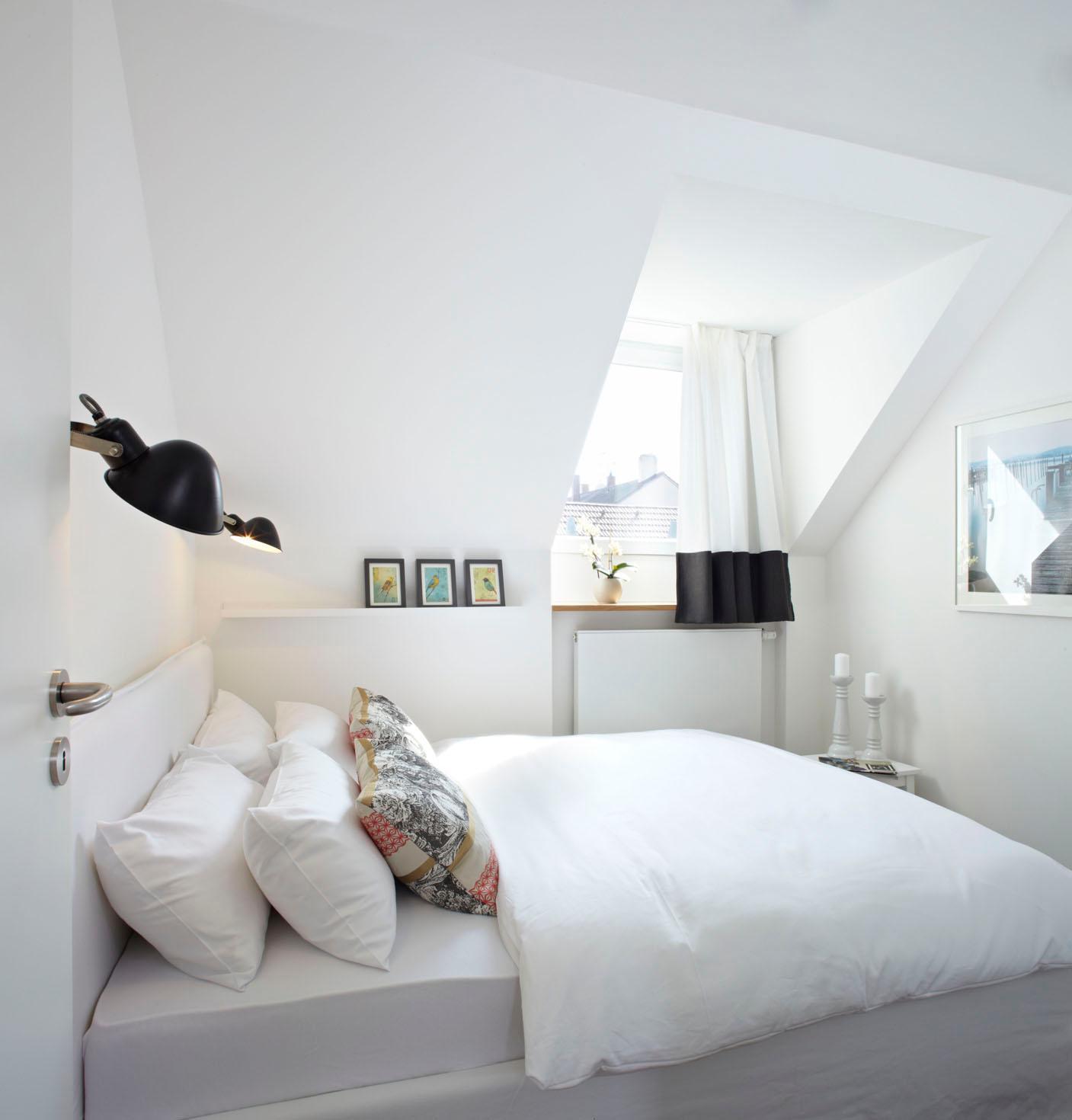 Kuscheliges Schlafzimmer Mit Dunklen Akzenten Bett