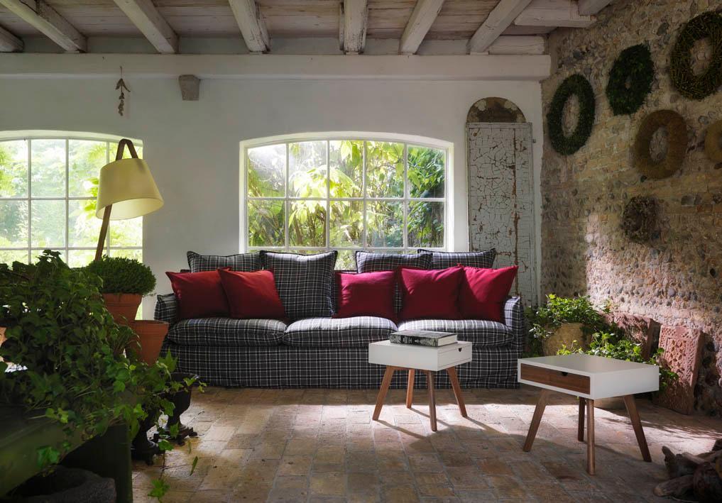 Landhaus Veranda #beistelltisch #wohnzimmer #dachbalken #landhausstil  #beleuchtung #sofa #veranda