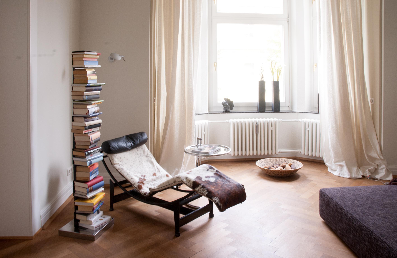 Schön Leseecke #bücherregal #leseecke #liegestuhl #freistehendesbücherregal ©Luna  Homestaging