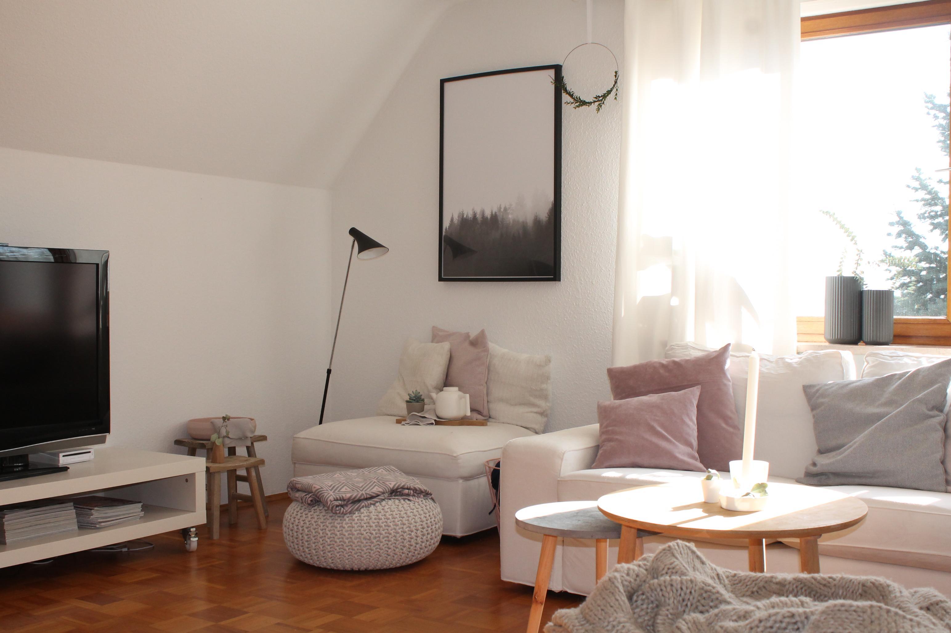 leseecke #holztisch #wohnzimmer #stehlampe #kissen # • couchstyle, Wohnzimmer