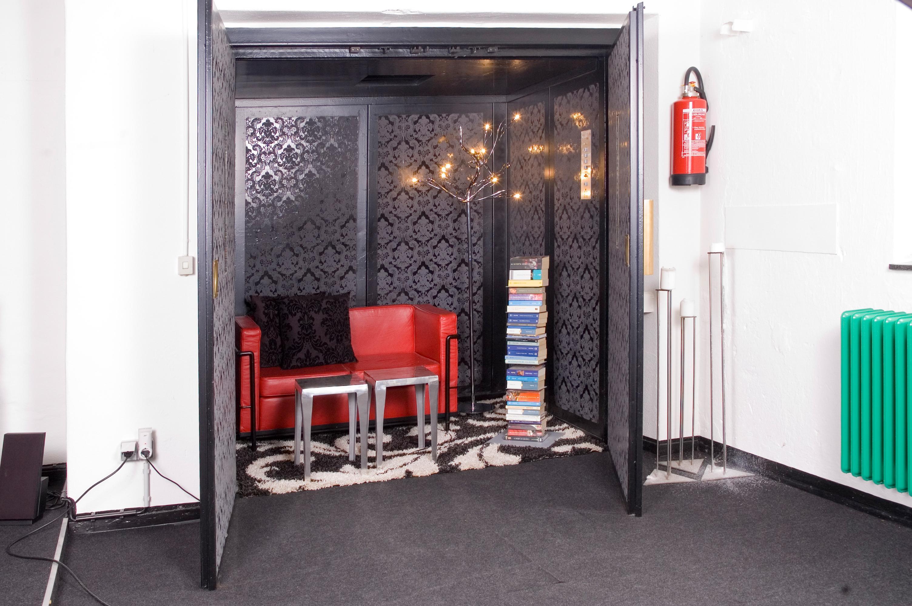 Lesezimmer / Aufzug #kerzenständer #sofa #leseecke  #freistehendesbücherregal #metallkerzenständer ©Luna Homestaging