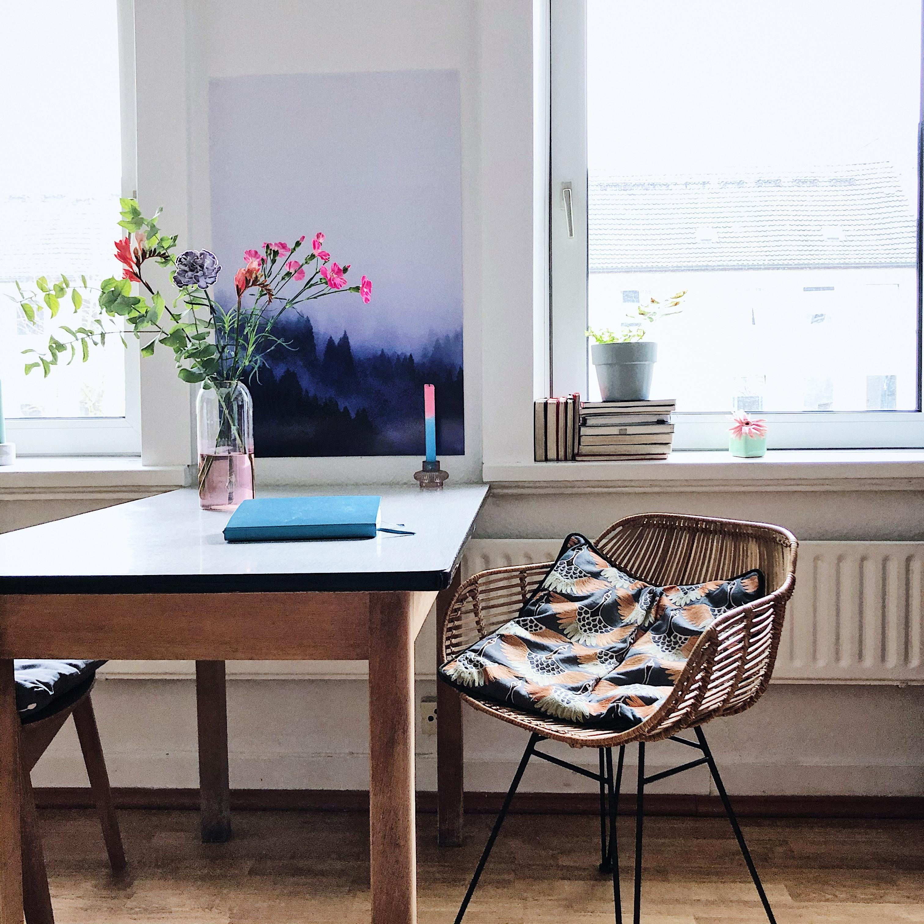 Let the homeoffice continue homeoffice schreibtisch rattanstuhl blumen  57b54ed3 a4db 45c6 b63d b1c1a24e27a5