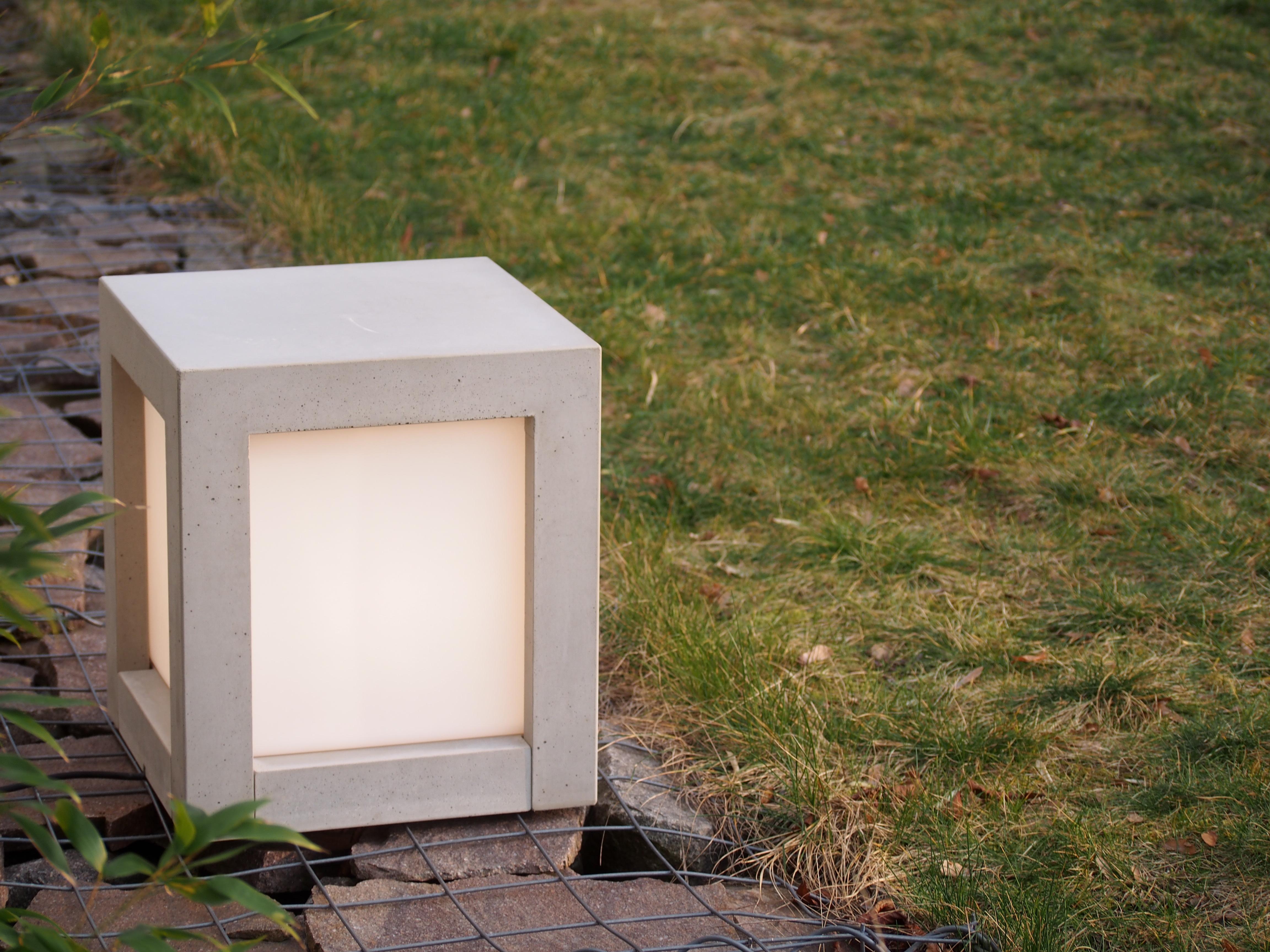 Lichtwürfel Im Garten #stuhl #hocker #lampe #betonmöbel ©Foto Betoniu GmbH
