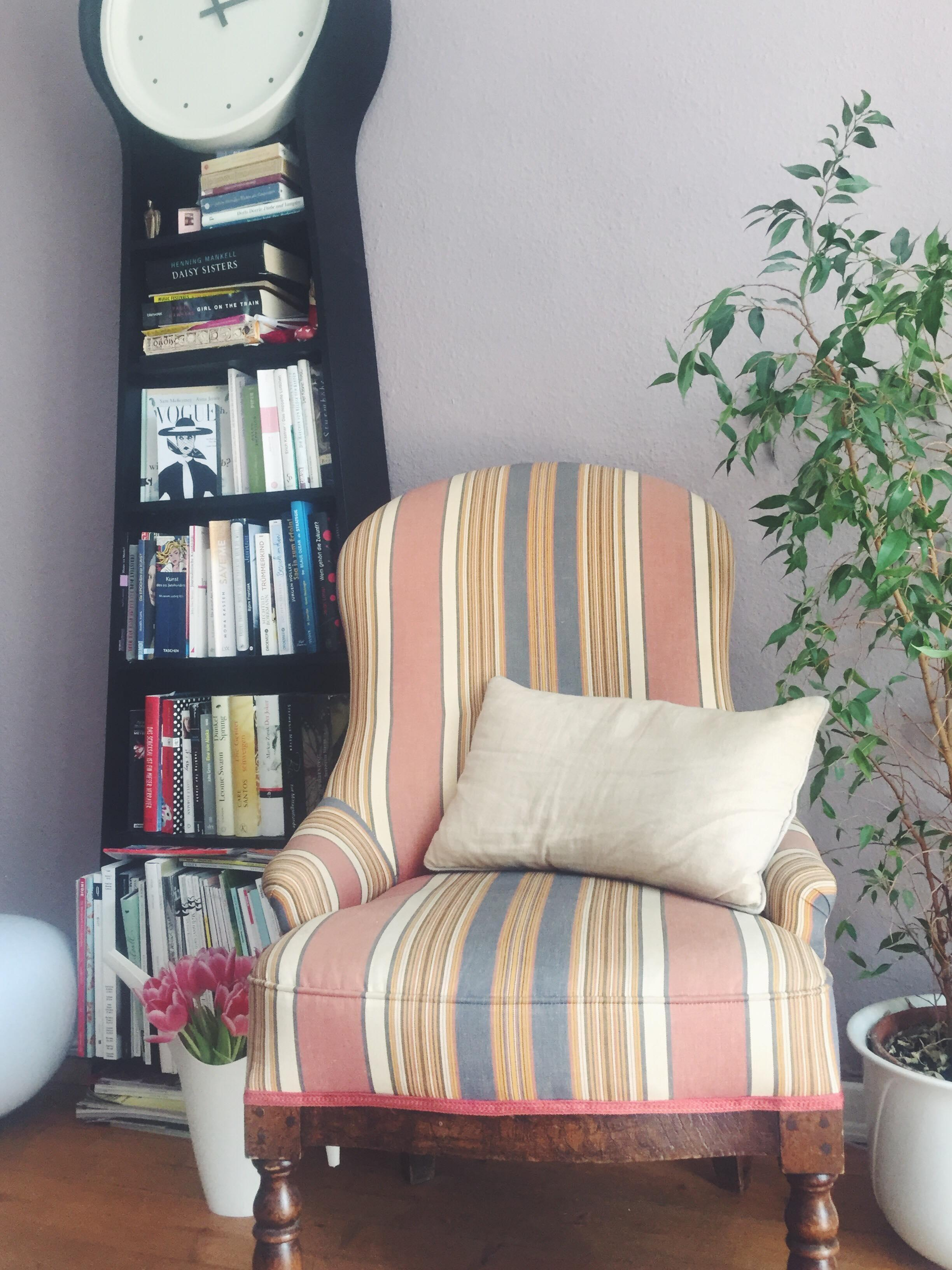 liebling zum lesen sessel vintage wohnzimmer wanduhr bcherregal - Wohnzimmer Wanduhr