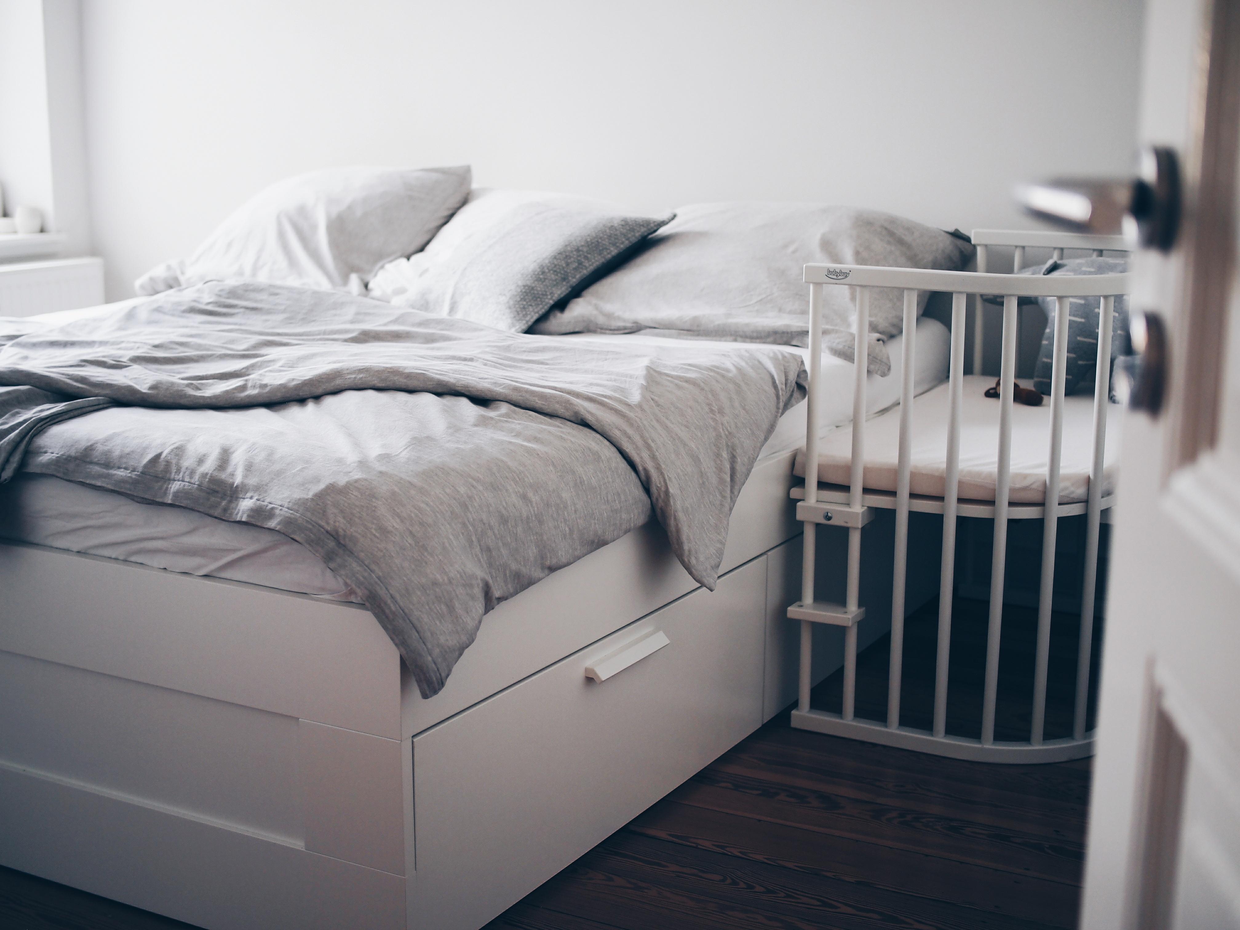 Bett Viele Kissen. Livingabc Ikea Interior Bett. Ehepaar Liegt ...