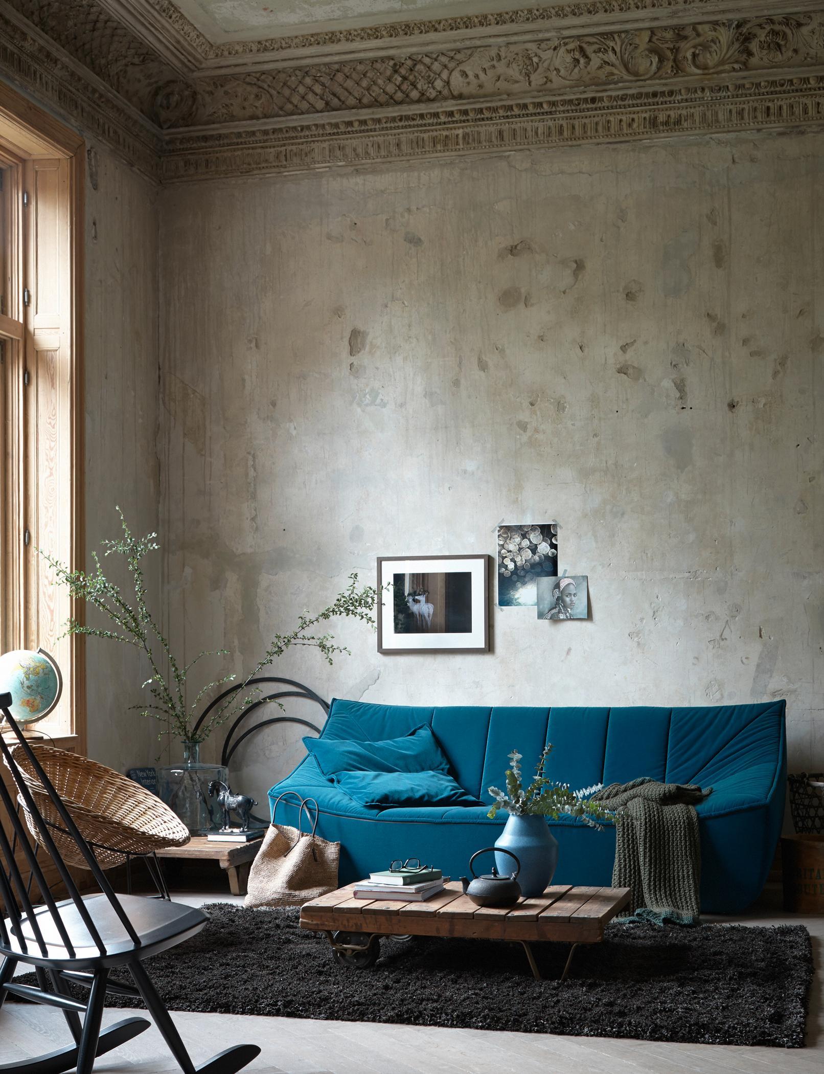 Liegewiese #beistelltisch #schaukelstuhl #sofa #blauessofa #samtsofa  ©livingathome/Fotograf: