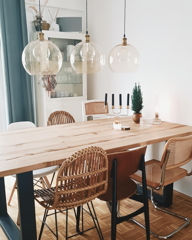 Eetkamer rotan stoelen eikenhouten tafel