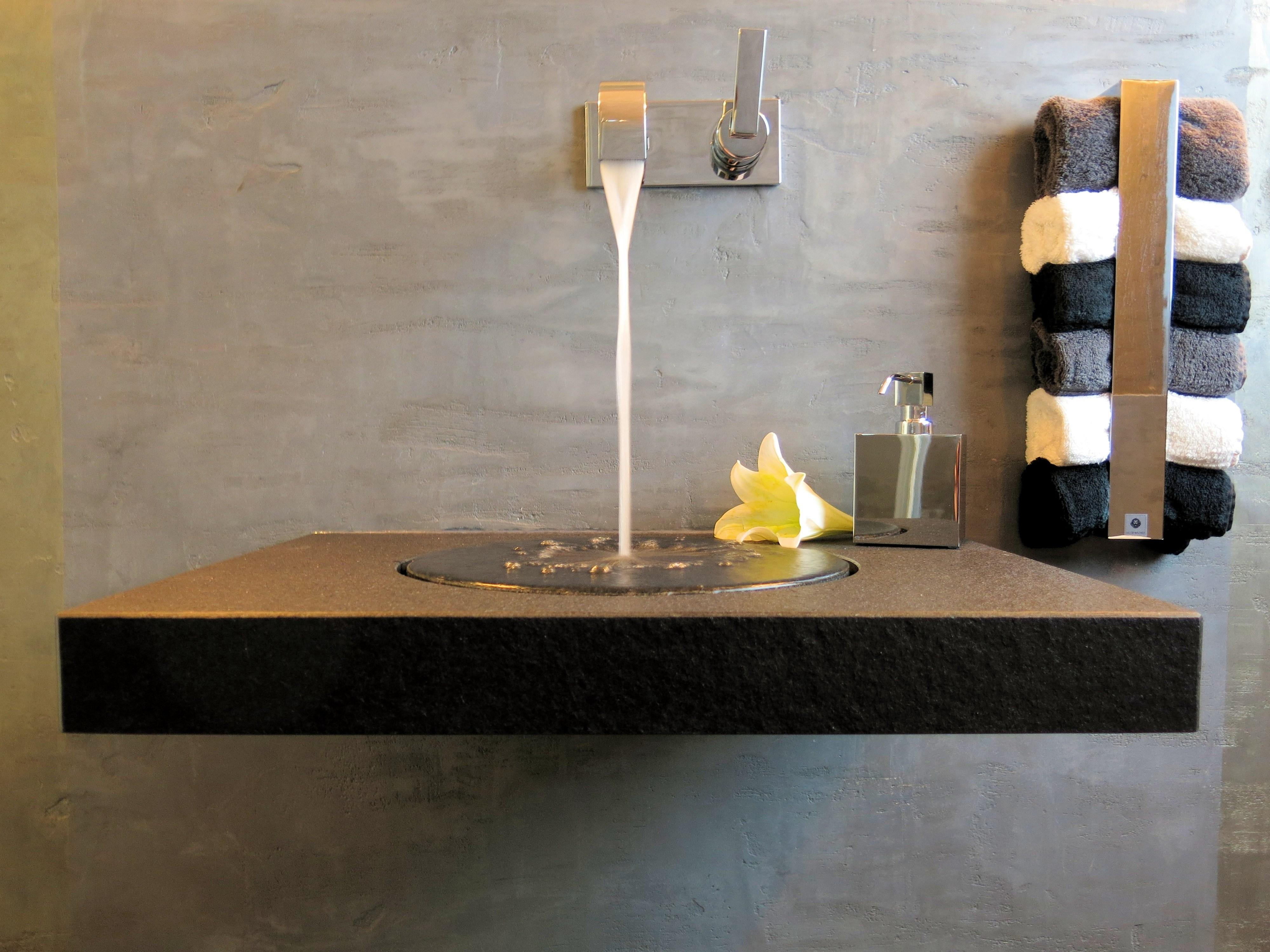 Luxus Waschbecken Im Badezimmer #waschbecken #handtuchhalter  #grauewandfarbe #luxuswaschbecken #luxusbadezimmer ©www