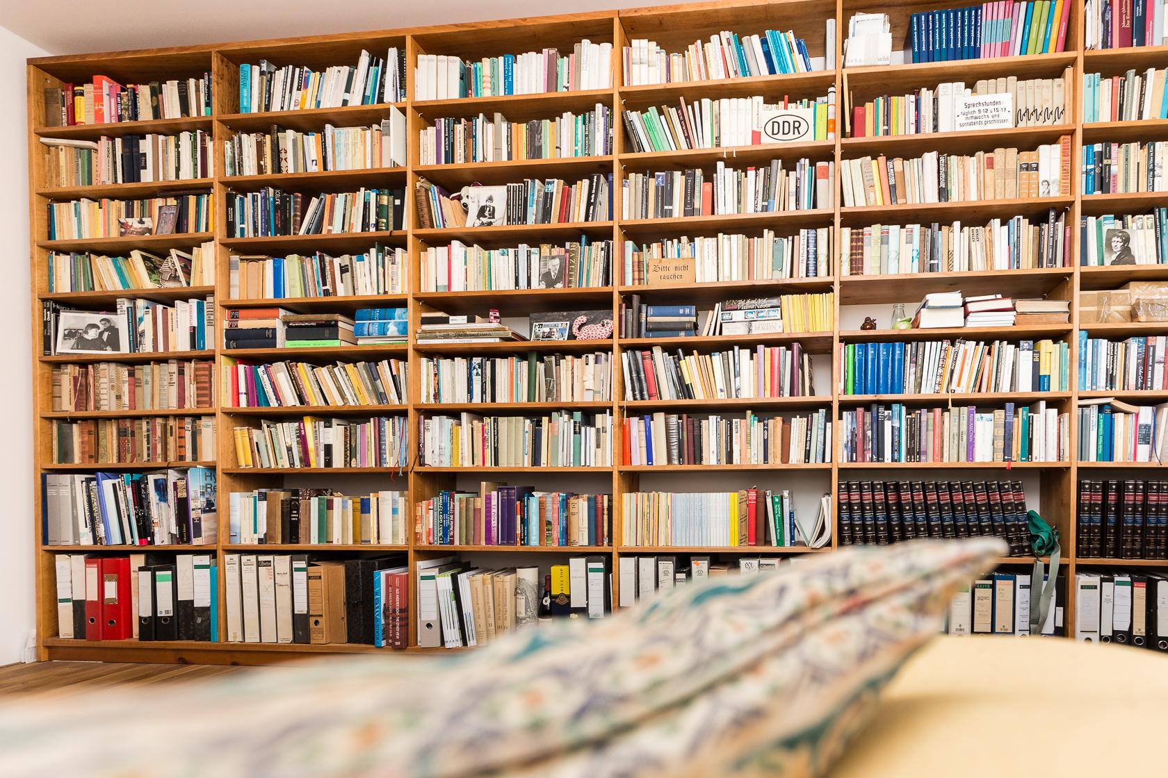 Maßgefertigte Bibliothek Aus Eiche #bibliothek #regal #wohnzimmer  ©Pickawood GmbH