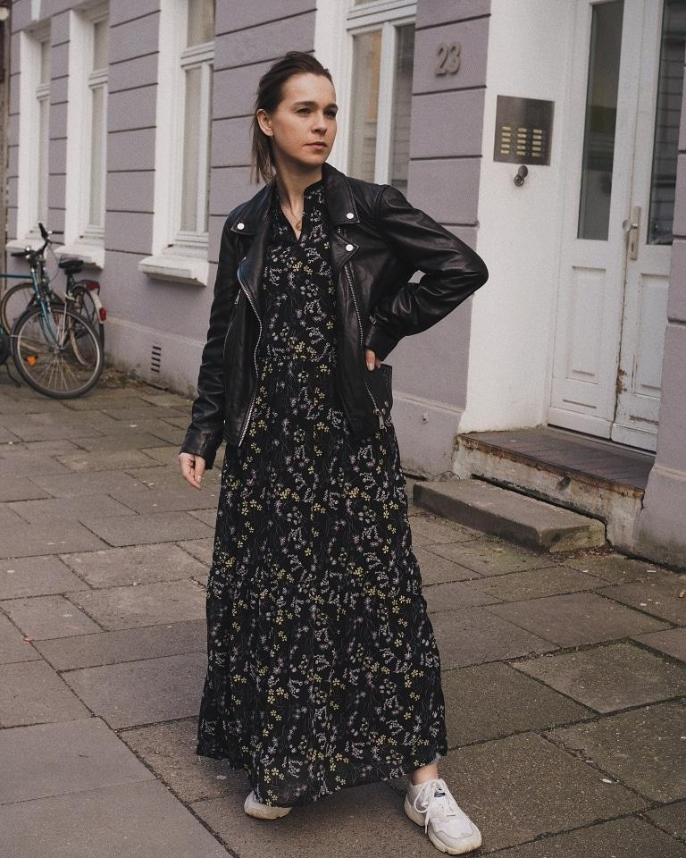 Maxi flower dress ? #fashion #blumenkleid #maxikleid #sneakers #lederjacke