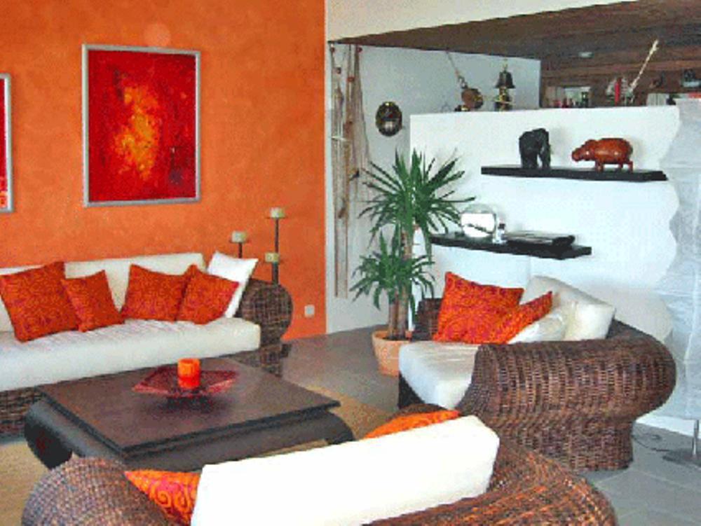 Mediteranes Wohnzimmer Nach Der Umgestaltung #kissen #korbsessel #korbsofa  #mediterranerstil ©Possibilities