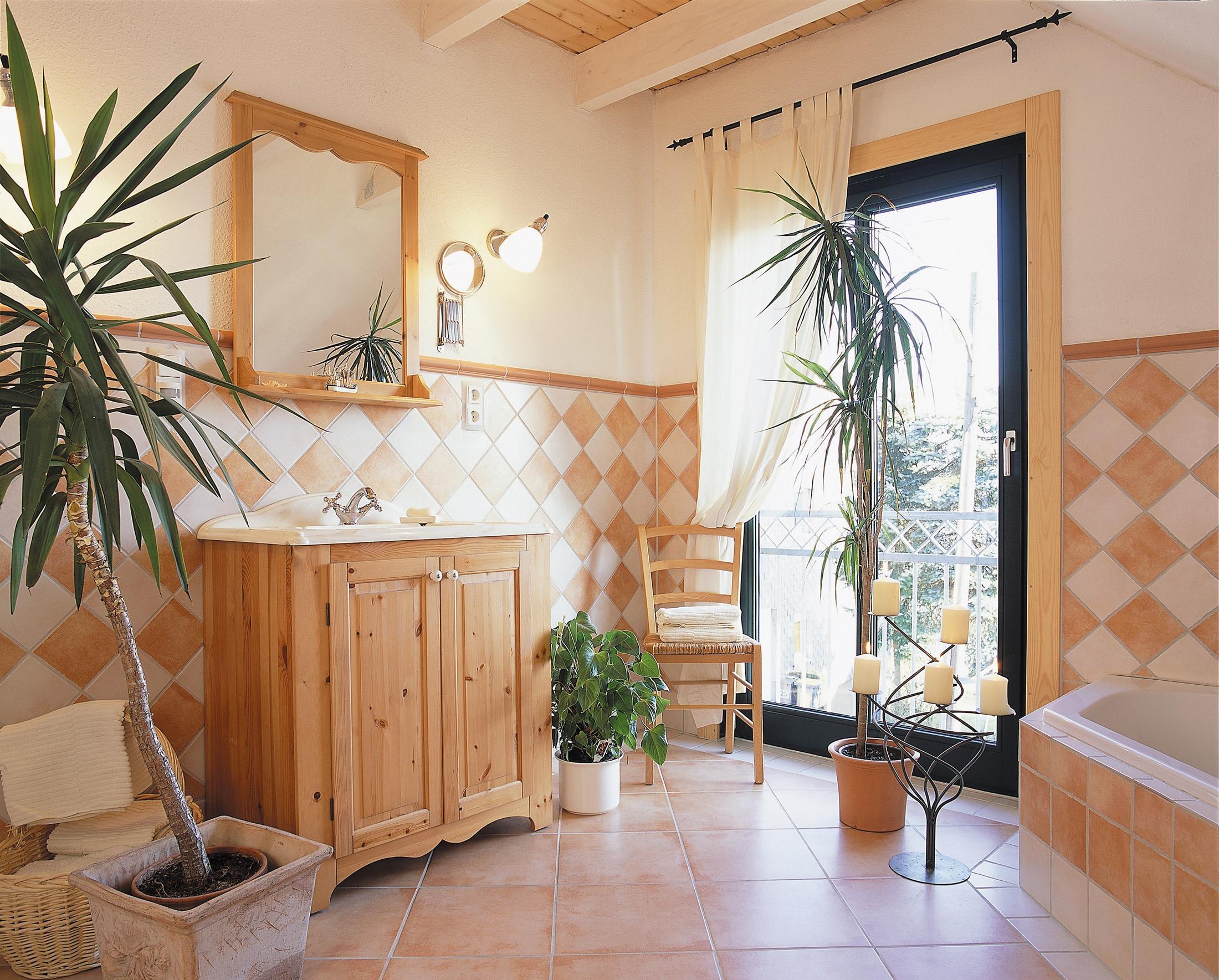 Mediterrane Fliesen #stuhl #balkontür #fliesen #badewanne  #badezimmerspiegel #spiegel #holzhaus
