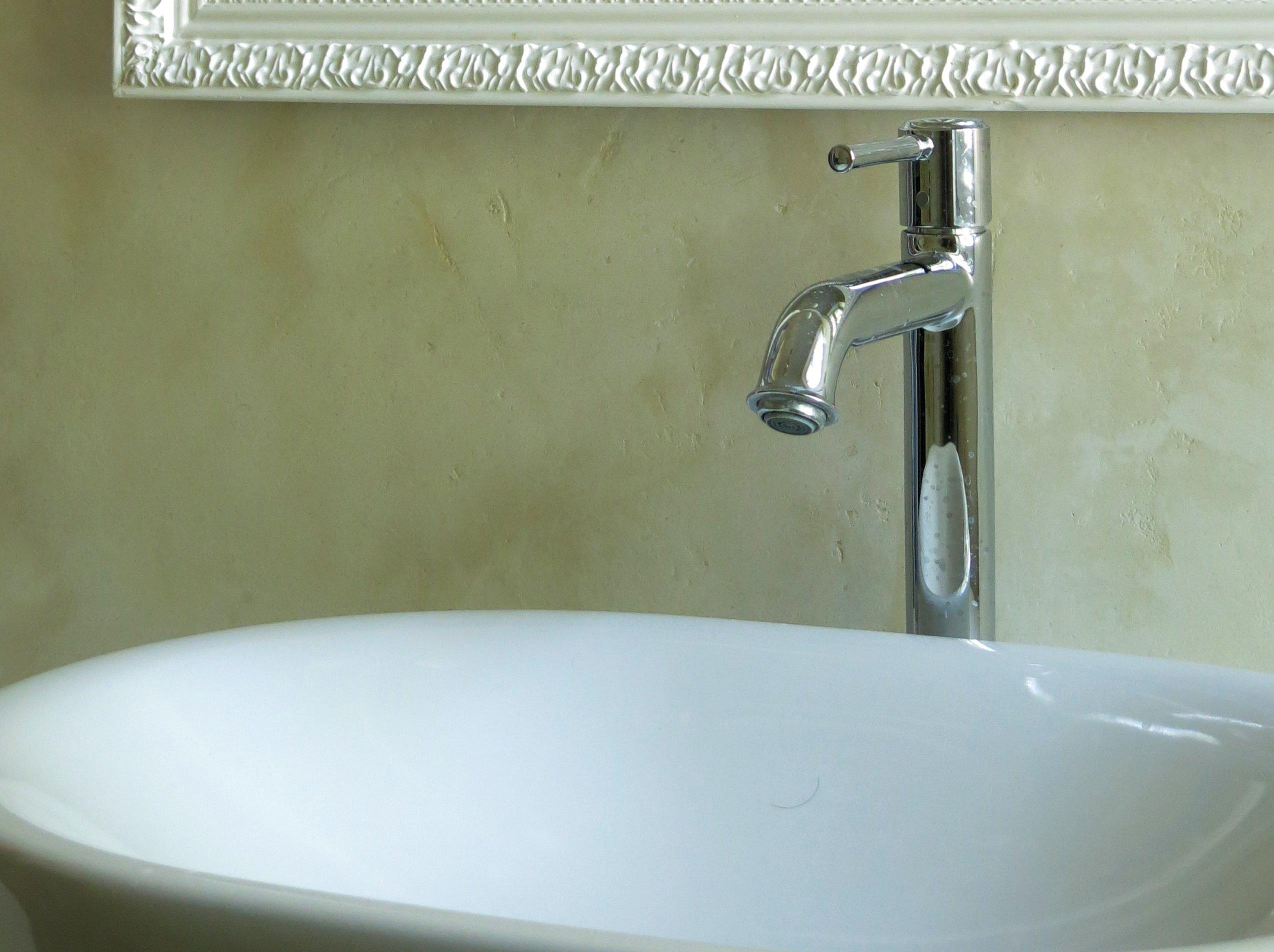 Mediterrane Wandgestaltung Im Bad Ohne Fliesen Mit Marmorputz # Wandgestaltung #waschbecken #grünewandfarbe #fliesenlosesbad