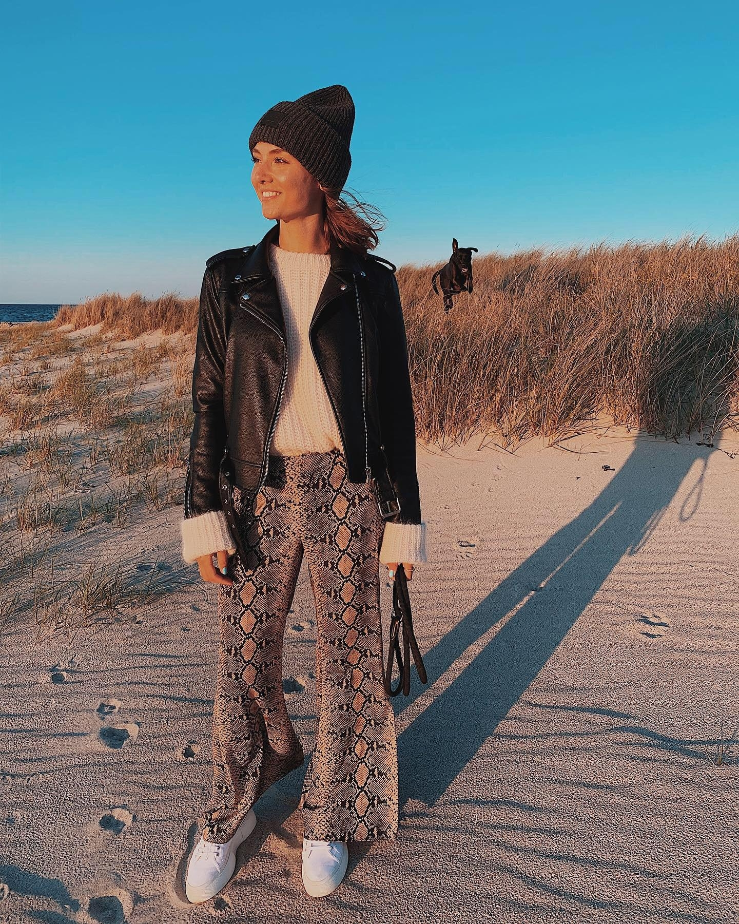 Meerweh am Montag 🌾🌊 #fashionmonday #falllook #outfit #snakeprint #leatherjacket #cozylook
