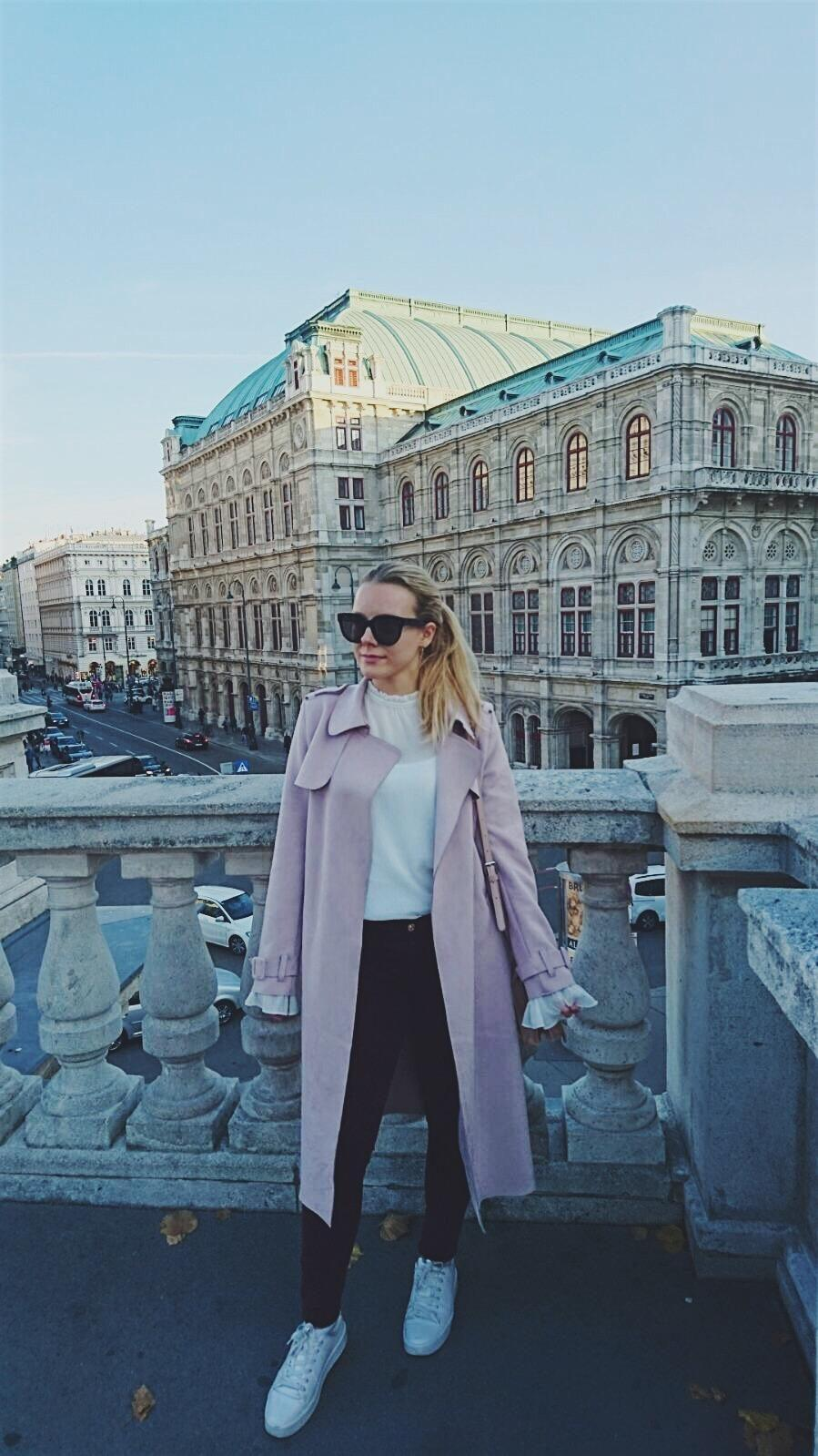Mein #streetstyle in meiner Wahlheimat #wien #mantel #leathercoat #bordeaux #sunglasses #whitesneakers #vienna #ootd