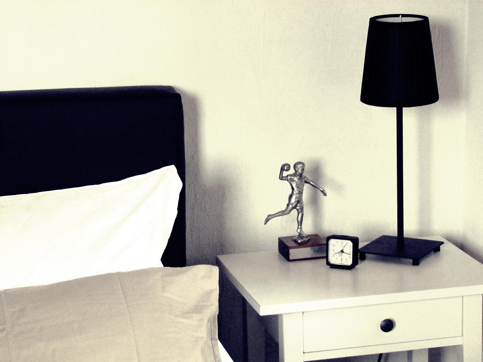 minimalistisches schlafzimmer beistelltisch ikea. Black Bedroom Furniture Sets. Home Design Ideas