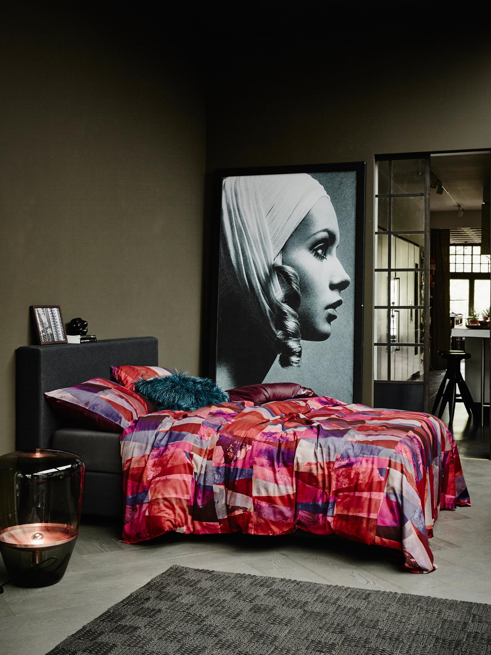 Mit Der Bettwäsche Farbkontraste Erzeugen #bett #teppich #bettwäsche  #buntebettwäsche #schlafzimmergestalten #