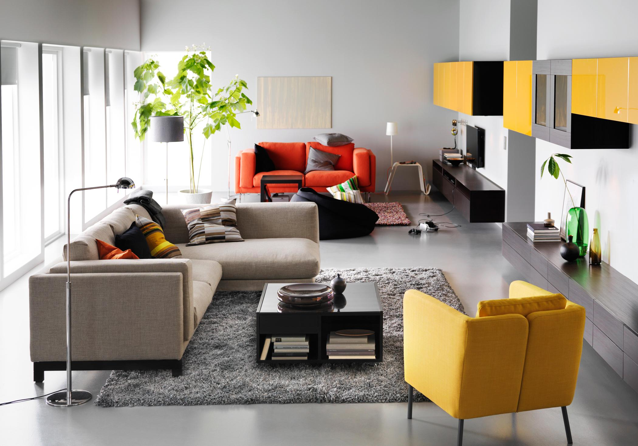 Mit Farbigen Akzenten Einrichten #teppich #wohnzimmer #hängeschrank #sessel  #stehlampe #ikea