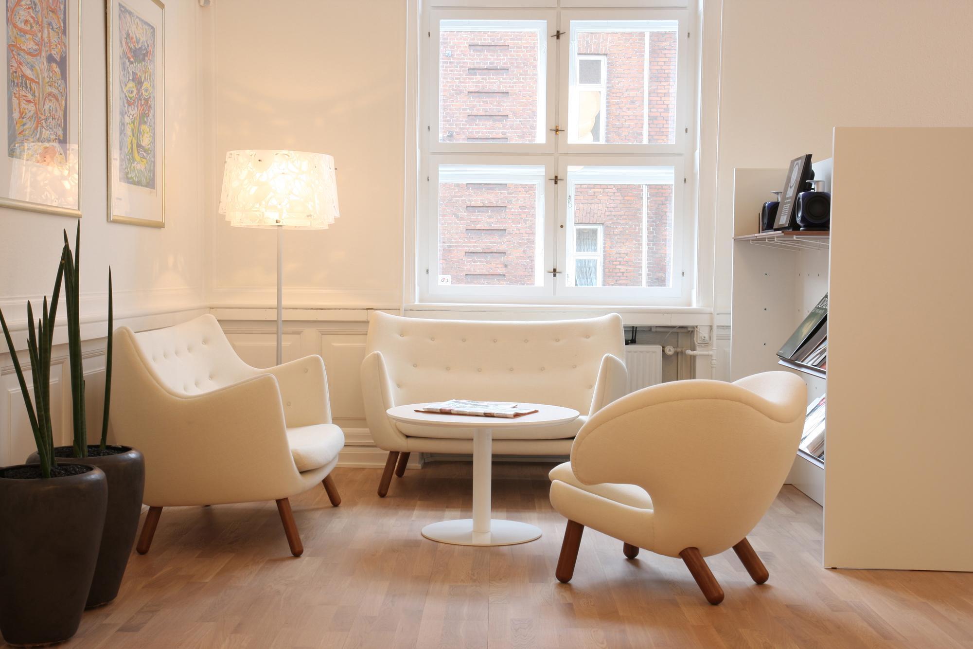 Modern gestaltete Sitzecke in Weiß #couchtisch #wohn...