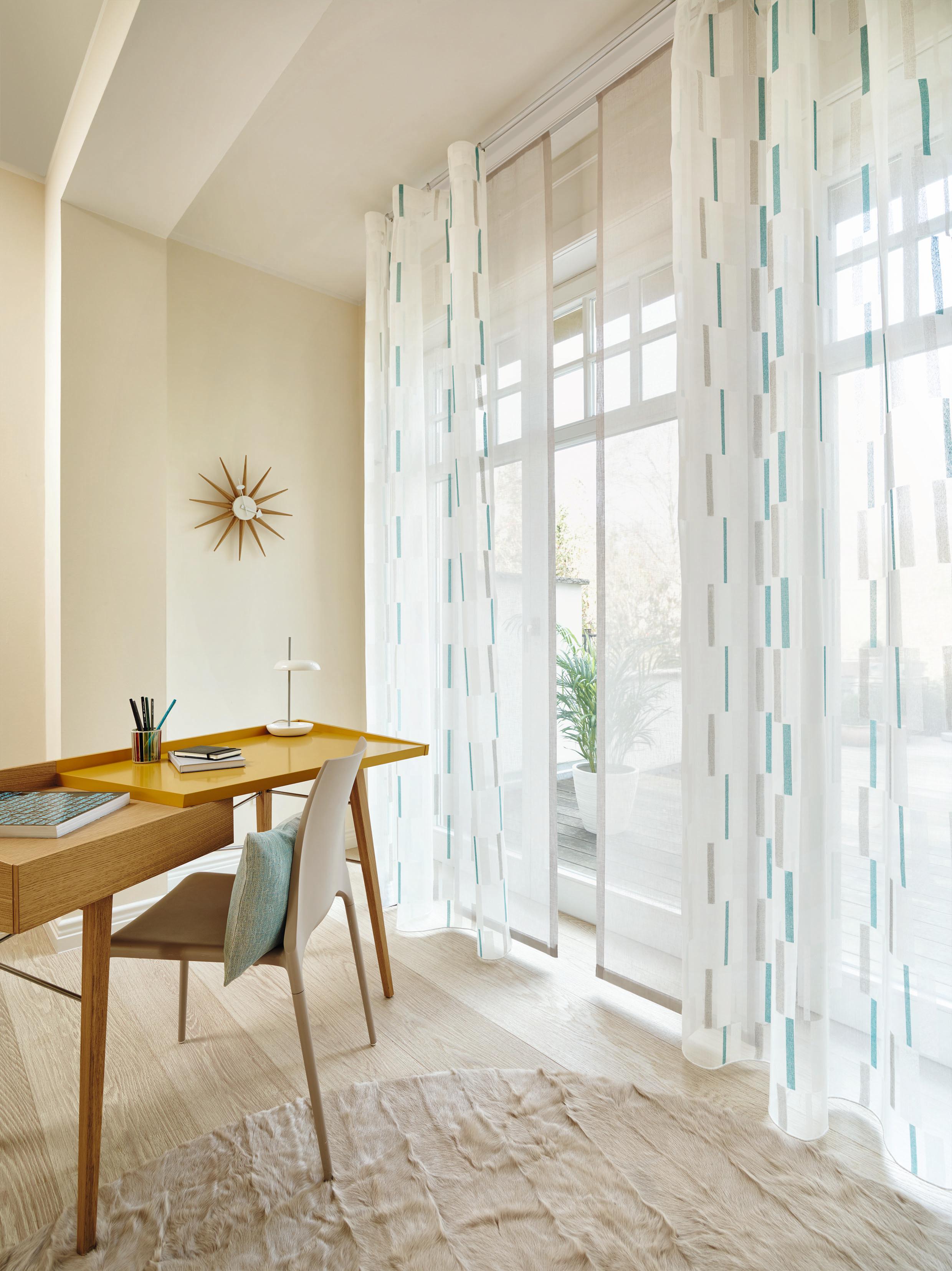 Moderne Deko In Hellem Wohnzimmer #flächenvorhang ©Ado
