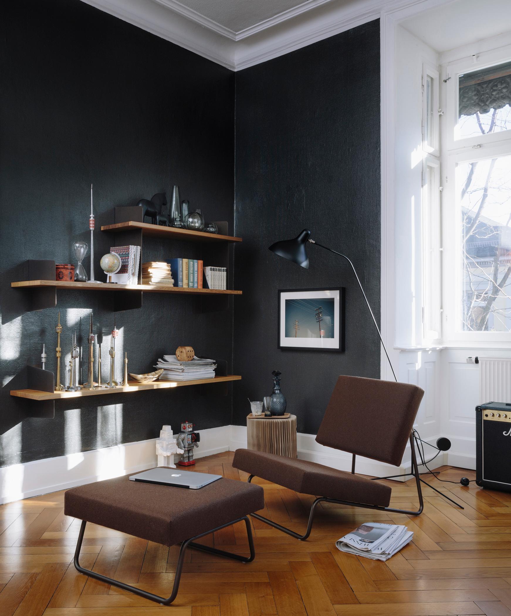 Moderne Leseecke #hocker #wandfarbe #sessel #fischgrätparkett  #schwarzewandfarbe ©Richard Lampert/