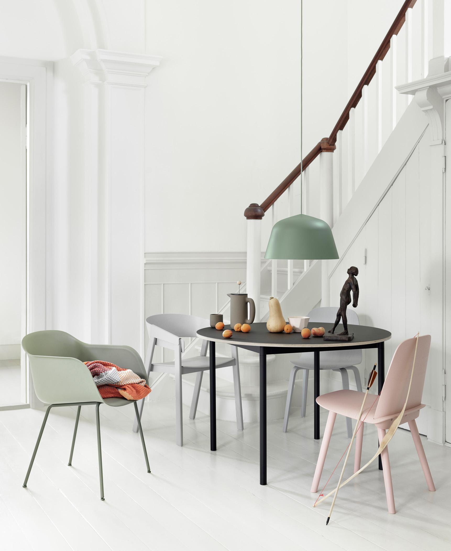 Runder Holztisch Esszimmer #18: Moderne Möbel Im Esszimmer #esstisch #pendelleuchte #runderesstisch  #rundertisch #zimmergestaltung ©Muuto