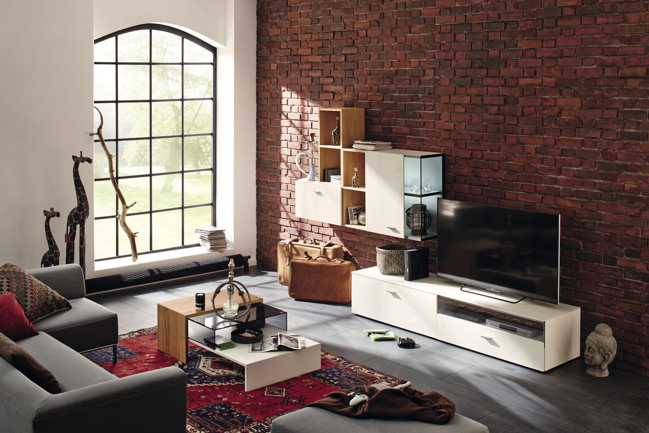 Moderne Wohnwand In Weiss Couchtisch Backsteinwand Wohnzimmergestaltung Zimmergestaltung Cnow