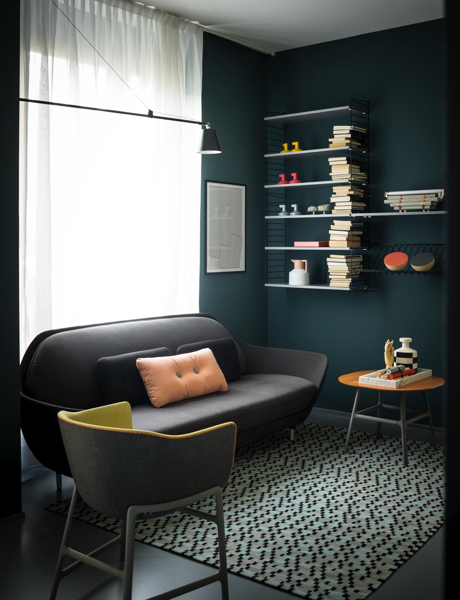 Moderner Grau-Grün-Mix mit Design-Klassikern im Wohn...