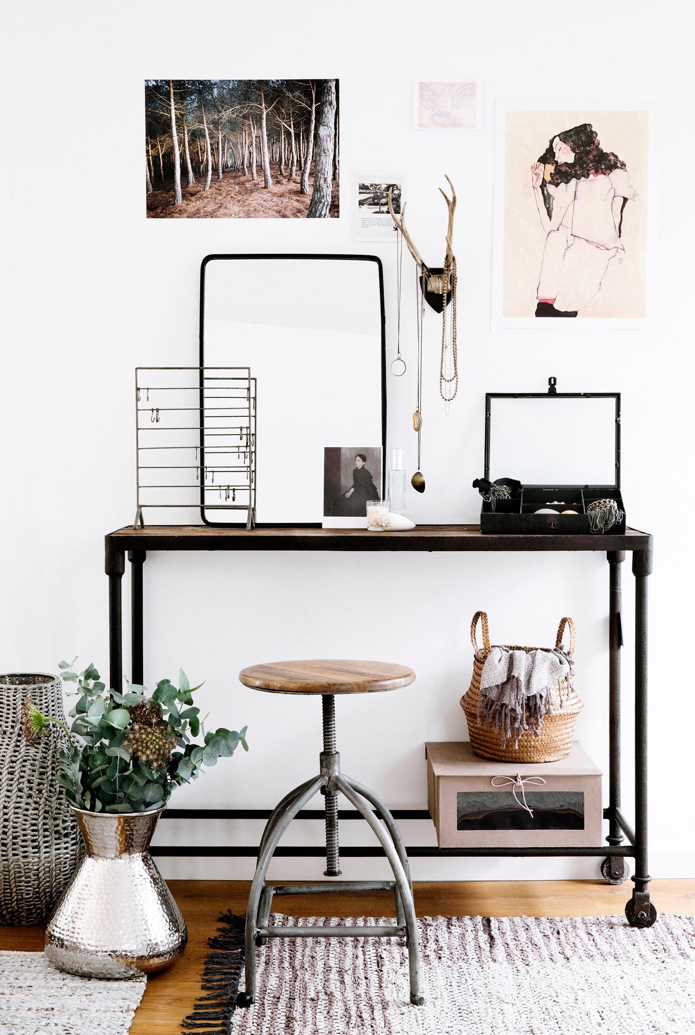 moderner schminktisch geweih hocker teppich spie. Black Bedroom Furniture Sets. Home Design Ideas