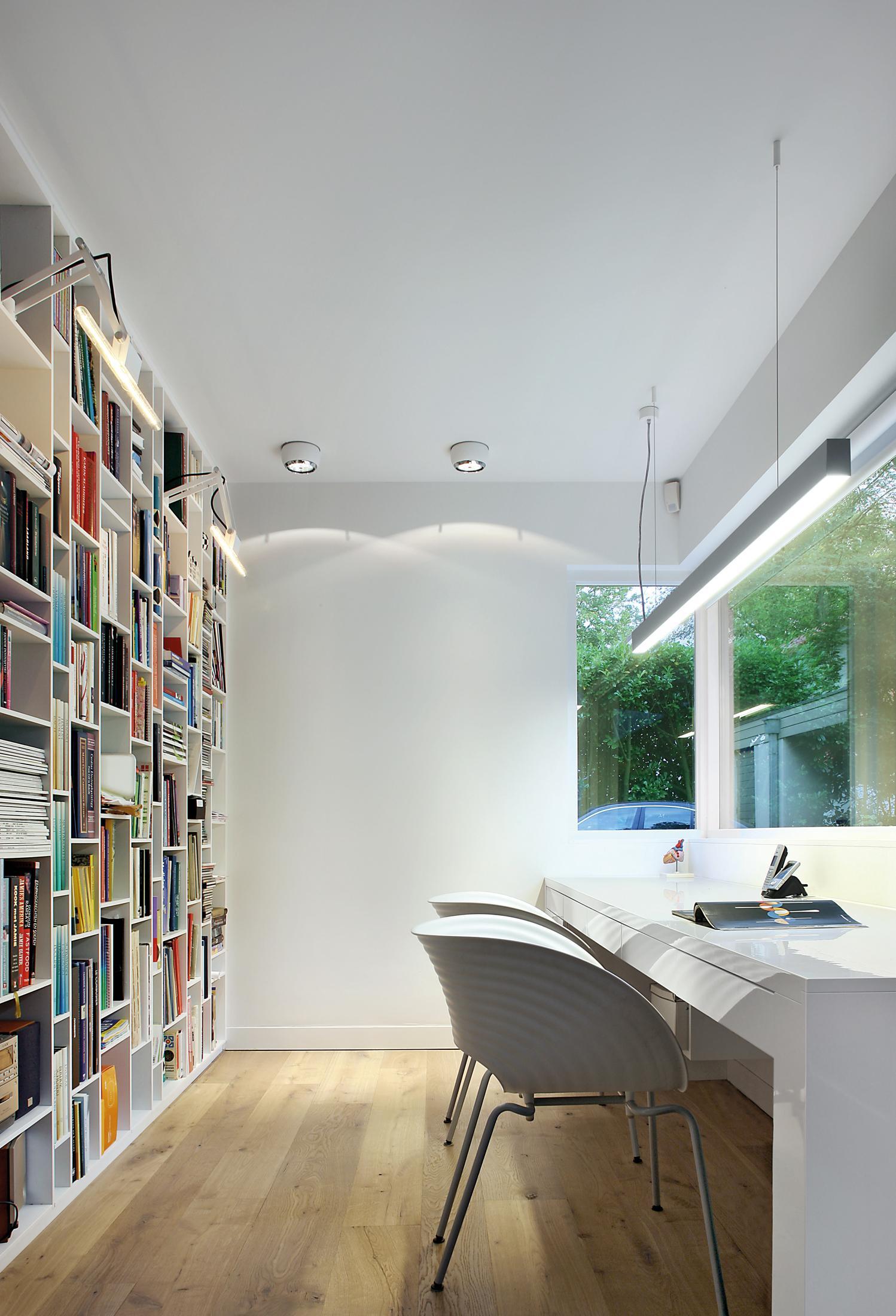Modernes arbeitszimmer  Modernes Arbeitszimmer durch Beleuchtung größer wirk...