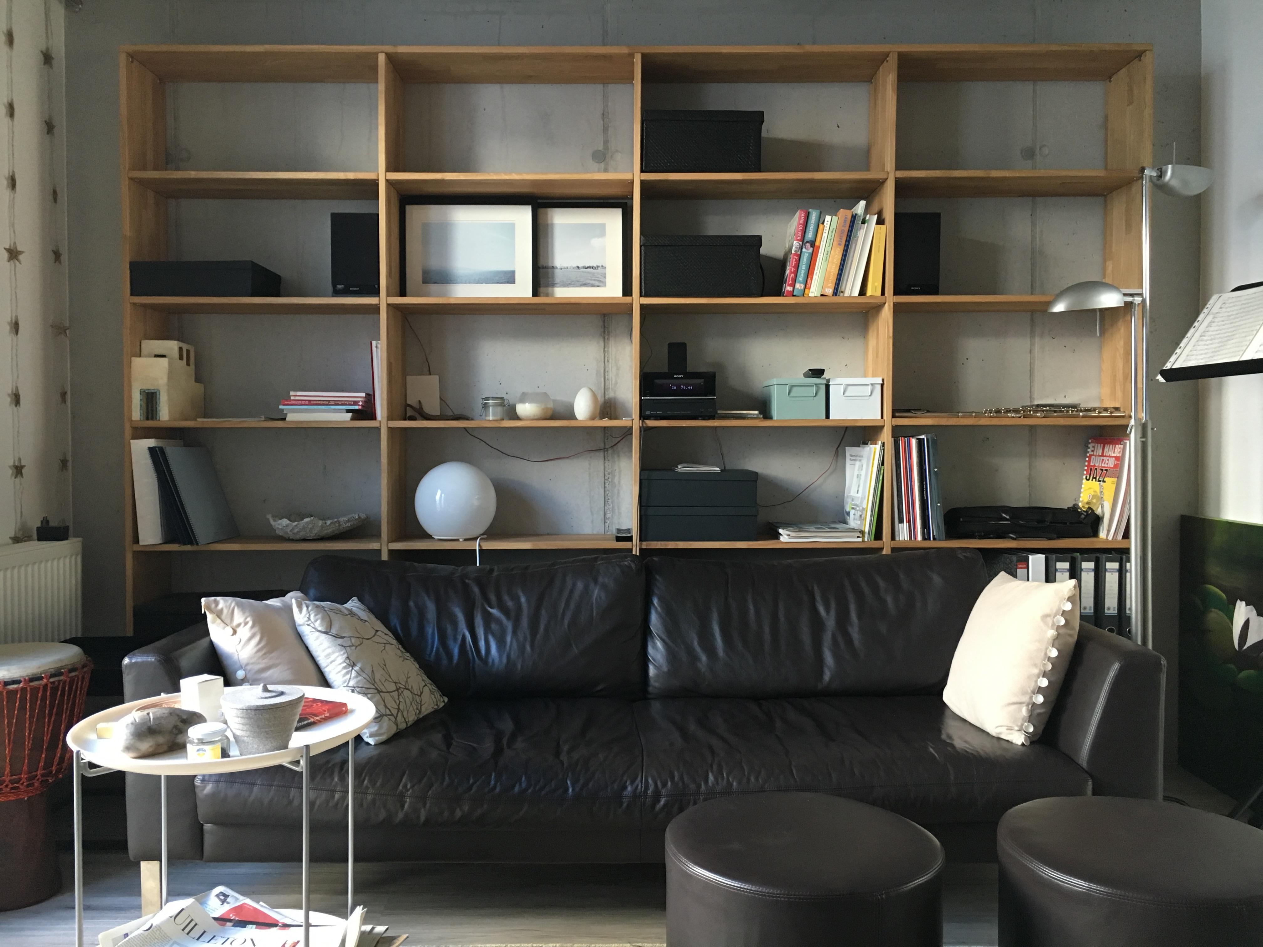Modernes Bücherregal Im Wohnzimmer #regal #bücherregal ©Pickawood GmbH