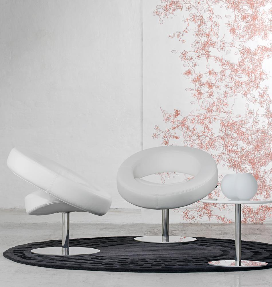 Modernes Design In Weiss Teppich Wohnzimmer Sessel Runderteppich Blumentapete Drehsessel