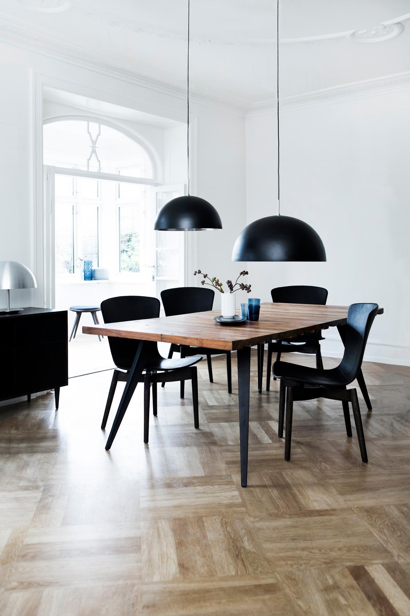 Modernes Esszimmer Mit Schwarzen Akzenten #stuhl #wohnzimmer #sideboard  ©Mater