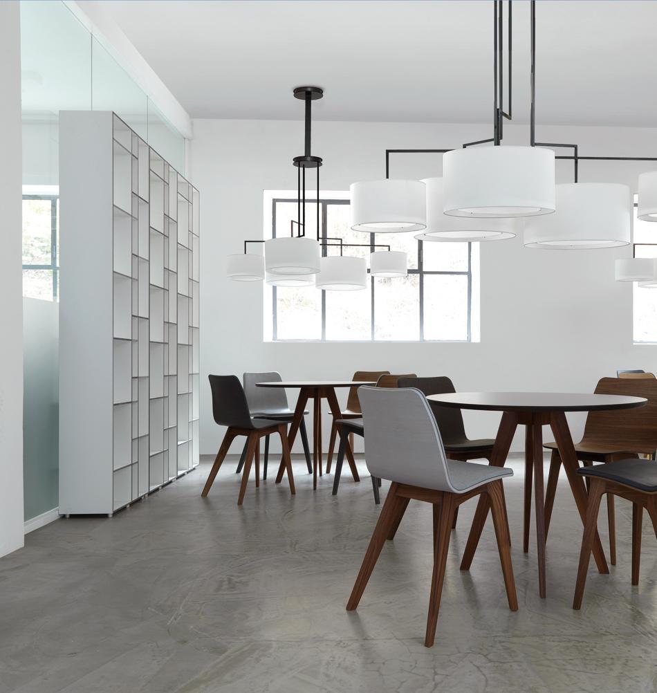 Modernes Esszimmer Mit Zwei Tischen #regal #tisch #rundertisch ©Zeitraum