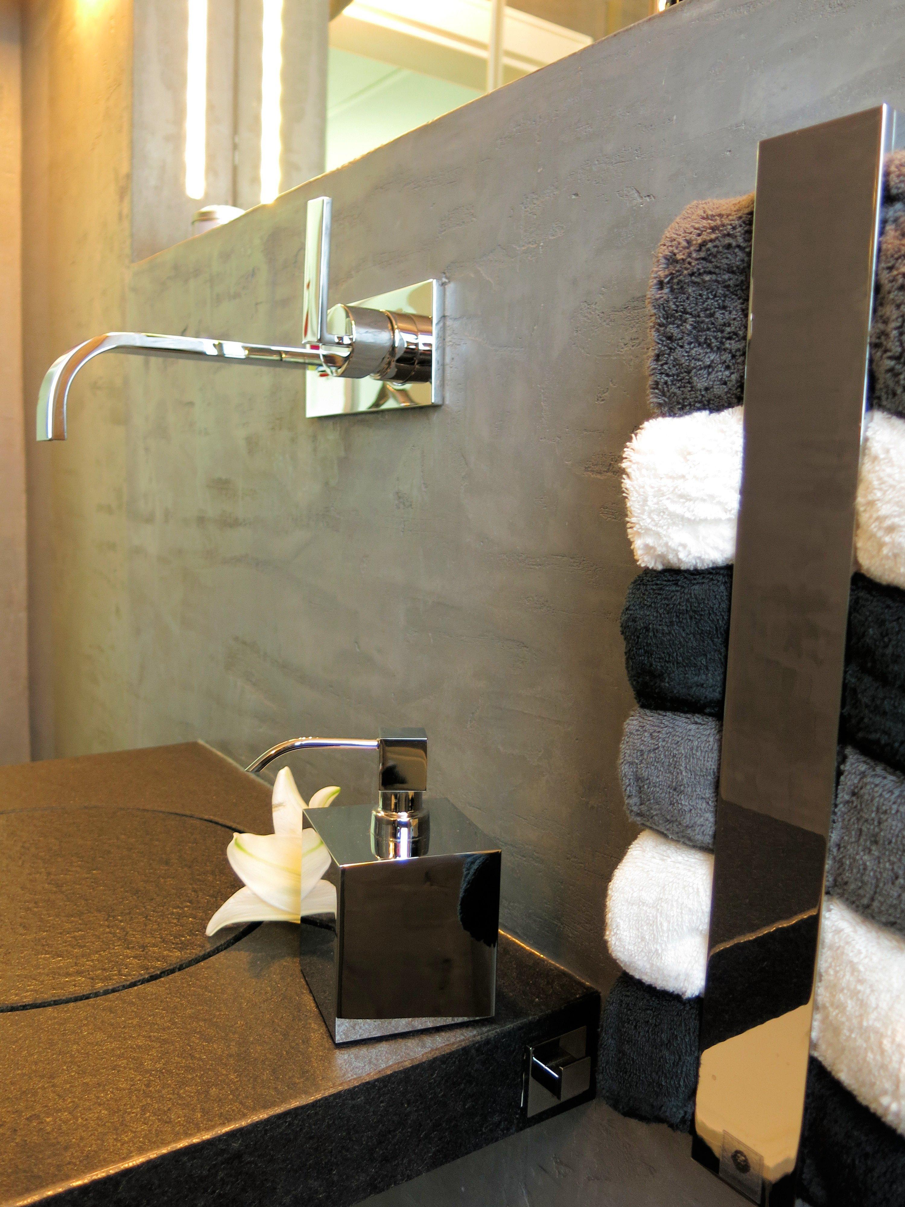 Modernes Fugenloses Bad Ganz Ohne Fliesen #waschbecken #wandspiegel  #handtuchhalter #seifenspender #grauewandfarbe