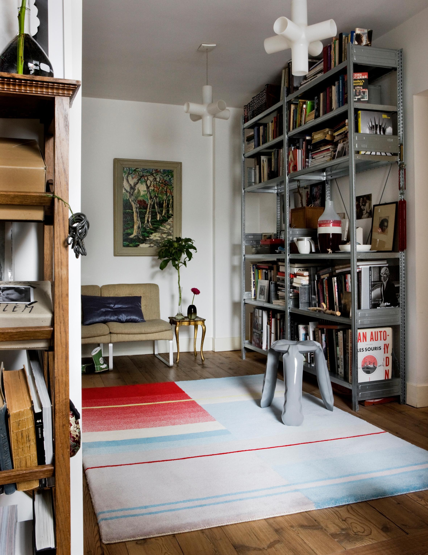 Modernes Wohnzimmer #beistelltisch #hocker #regal #teppich #aufbewahrung  #bunterteppich #sofa
