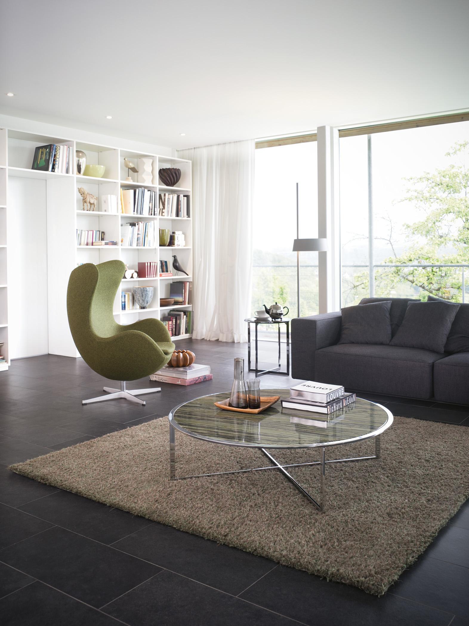 Modernes Wohnzimmer In Naturfarben #couchtisch #fliesen #bücherregal #sofa  ©Draenert